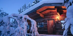 Kakslauttanen-log-cabin-evening