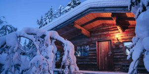 Kakslauttanen-log-cabin-evening