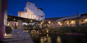 Sardinien-Cala-de-Volpe-Exterior-view-at-night